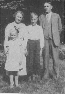 Берта и Феодор Кампрад со своими детьми, Ингваром и его сестрой Керстин, которая младше Ингвара на четыре года